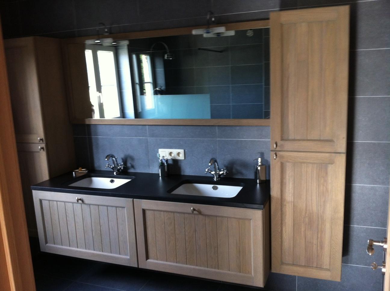 landelijk klassiek badkamermeubel hout natuursteen - Bouwatelier ...
